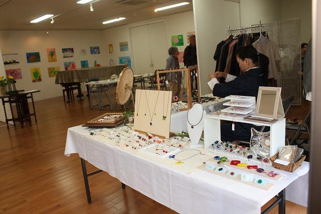 日本堂にて、絵画、陶芸(陰山窯)、アクセサリー、服(H・G.F)展示始まる