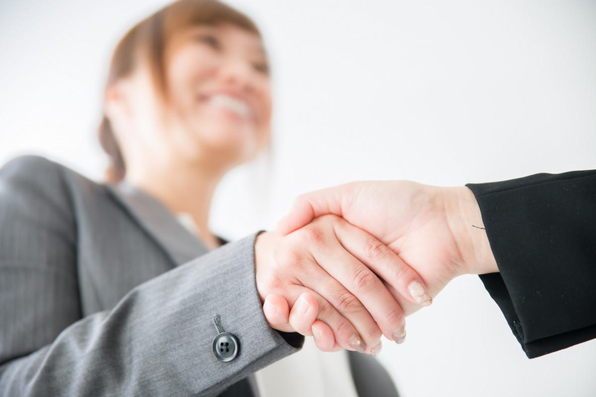 女性と握手